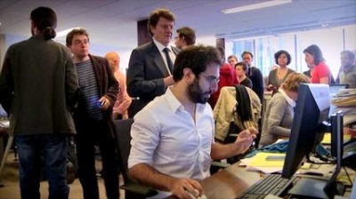 Les gens du Monde - Le service est en effervescence à quelques instants des résultats