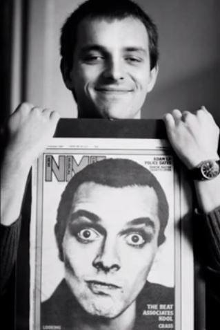 Rik Mayall tient la couverture du magazine NME
