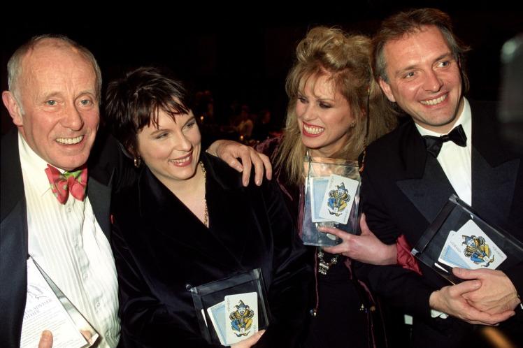 Lauréat d'un British Comedy Awards du meilleur acteur pour Rik Mayall Presents en 1993 avec Richard Wilson, Jennifer Saunders et Joanna Lumley (dr)